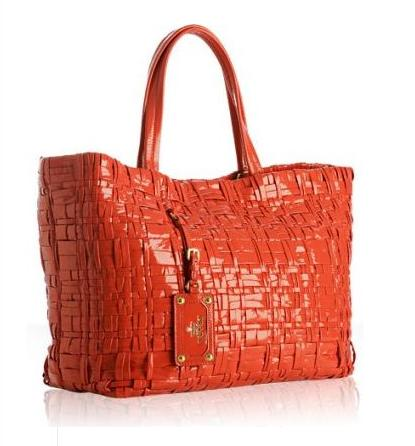 ...но плетение сумки Orange Woven Patent Fabric Tote отличается.
