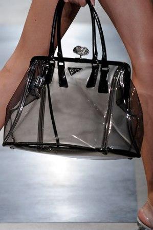 модные тренды сумок весна-лето 2010. прозрачные сумки от дома мод prada.