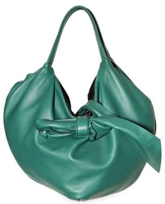 Мне не так часто приходится рассказывать вам о сумках хобо от Valentino...